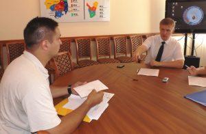 Игорь Глухов (слева) передает документы Оярсу Машкову