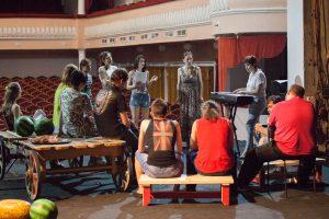 В большом зале театра драмы идут вокальные репетиции. Фото Ольги Полонниковой