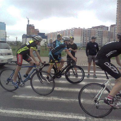 Немецкий велогонщик Маттиас Фишер (в центре) разминается с хабаровскими велосипедистами перед стартом