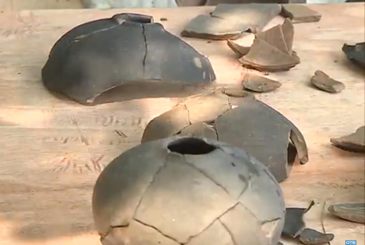 Черепки сосудов, в которых предположительно хранилась рисовая водка