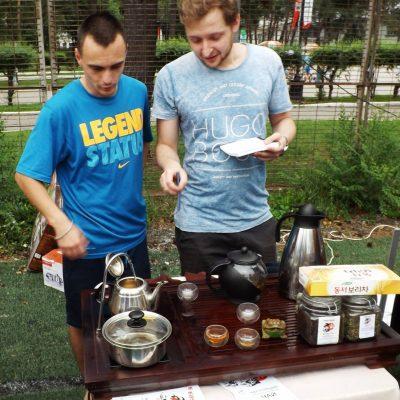 На корейском фестивале угощали почему-то японским и китайским чаем