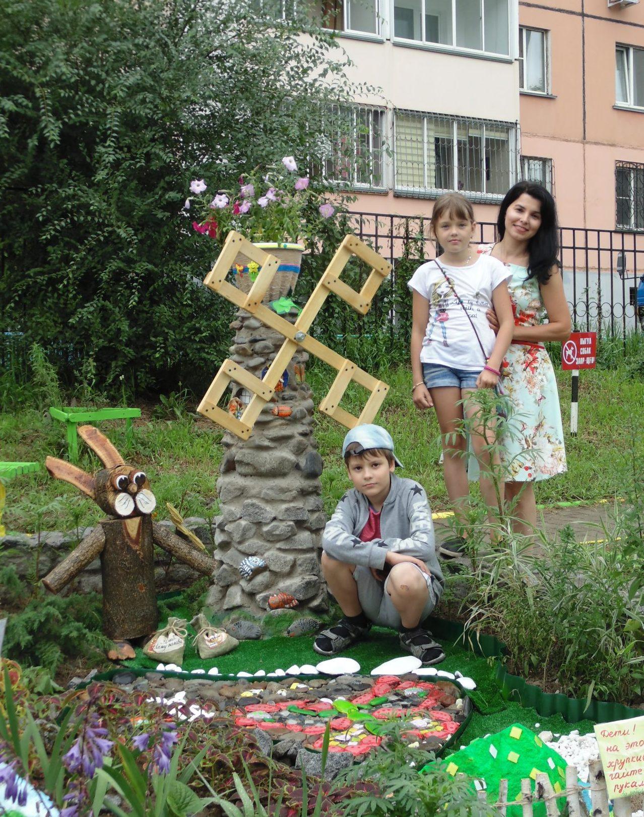 Татьяна Гладких с сыном Алешей и соседской девочкой Дашей Гордиенко