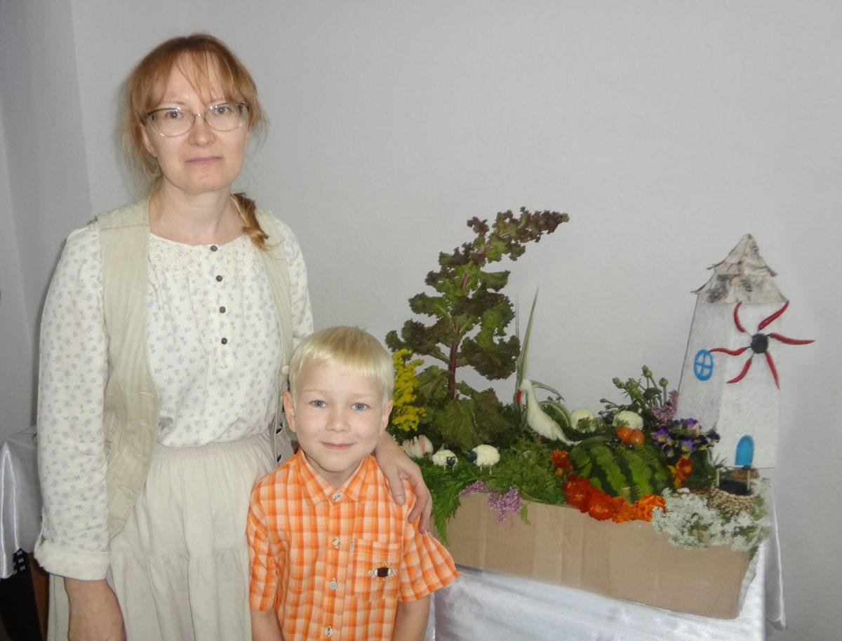 Арбуз, зелень, цветы над которыми хорошо потрудились мама и сын Вагины - действительно шедевры в своем роде