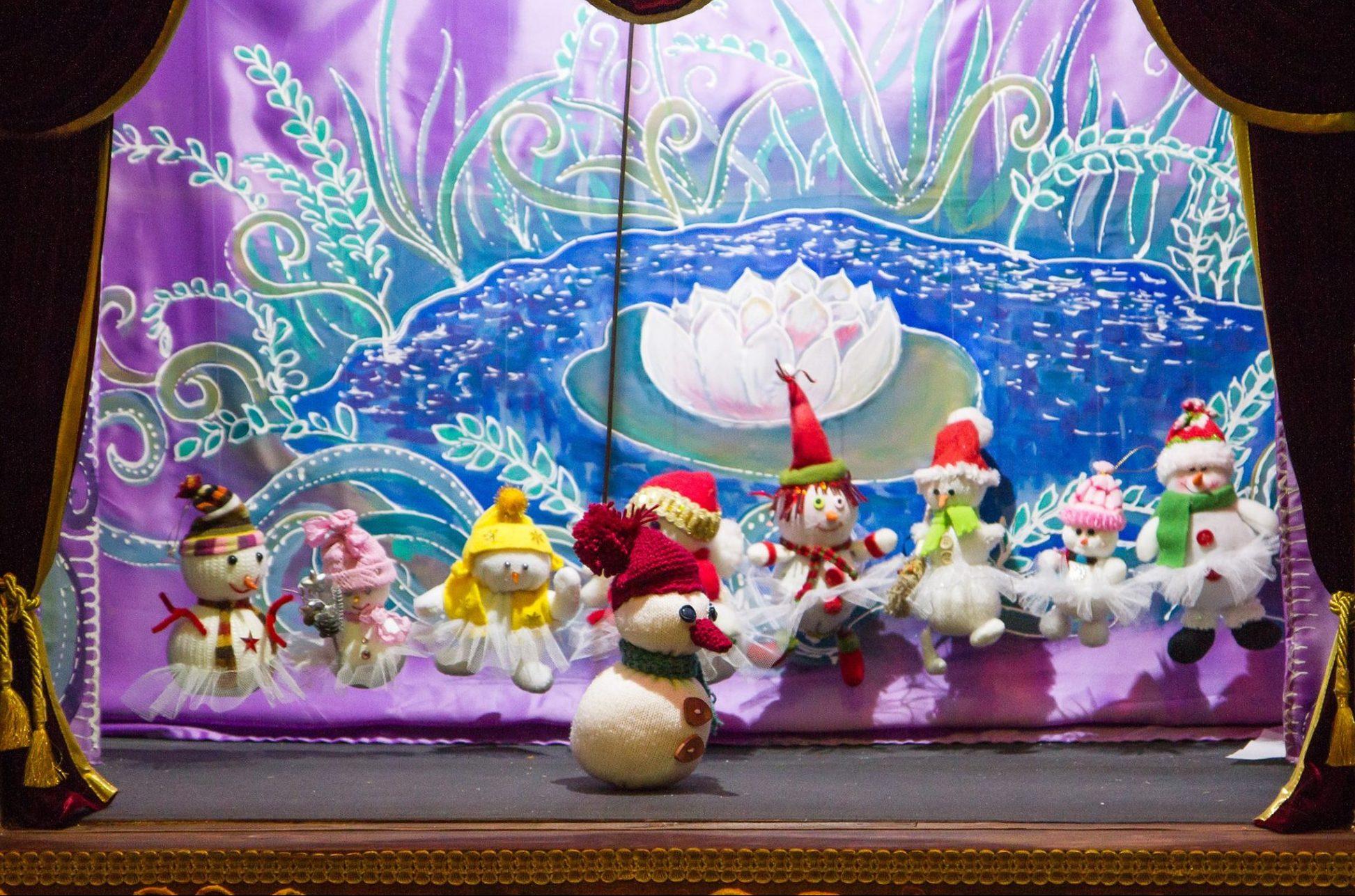 Подаренные ТЮЗу снеговики сделали карьеру в кукольном театре. Фото Натальи Ивацик