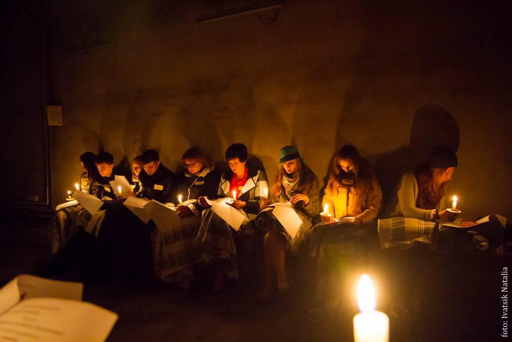 Свечи, зажженные то ли для освещения, то ли в память о погибших. Фото Натальи Ивацик