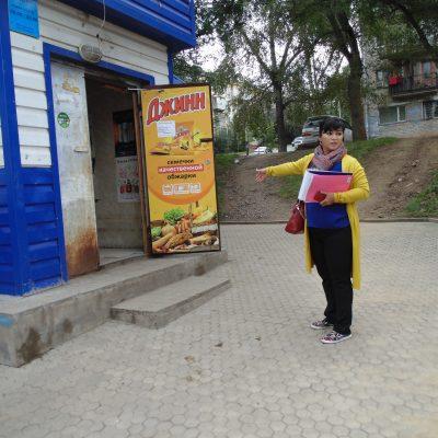 Амина Жололова, идеолог проекта, у недоступного магазина