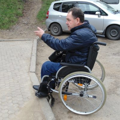 Даже на такой, казалось бы, небольшой бордюр заехать на коляске невозможно