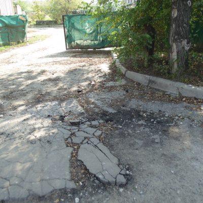 Автомобили с близлежащей стройки испортили дорогу