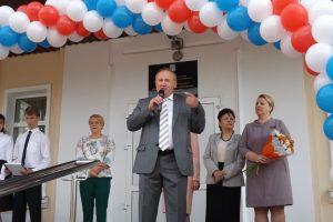 Вице-мэр Валерий Лебеда поздравил и рассказал о вкладе мэрии. Фото Дмитрия Судакова