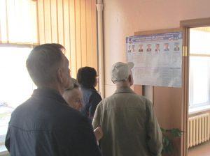 Многие избиратели узнавали своих кандидатов лишь перед урнами. Фото Вадима Решетняка.