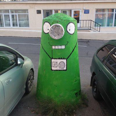 Зеленый инопланетянин Билли (рядом с кафе «Ла Вита» на ул. Фрунзе)