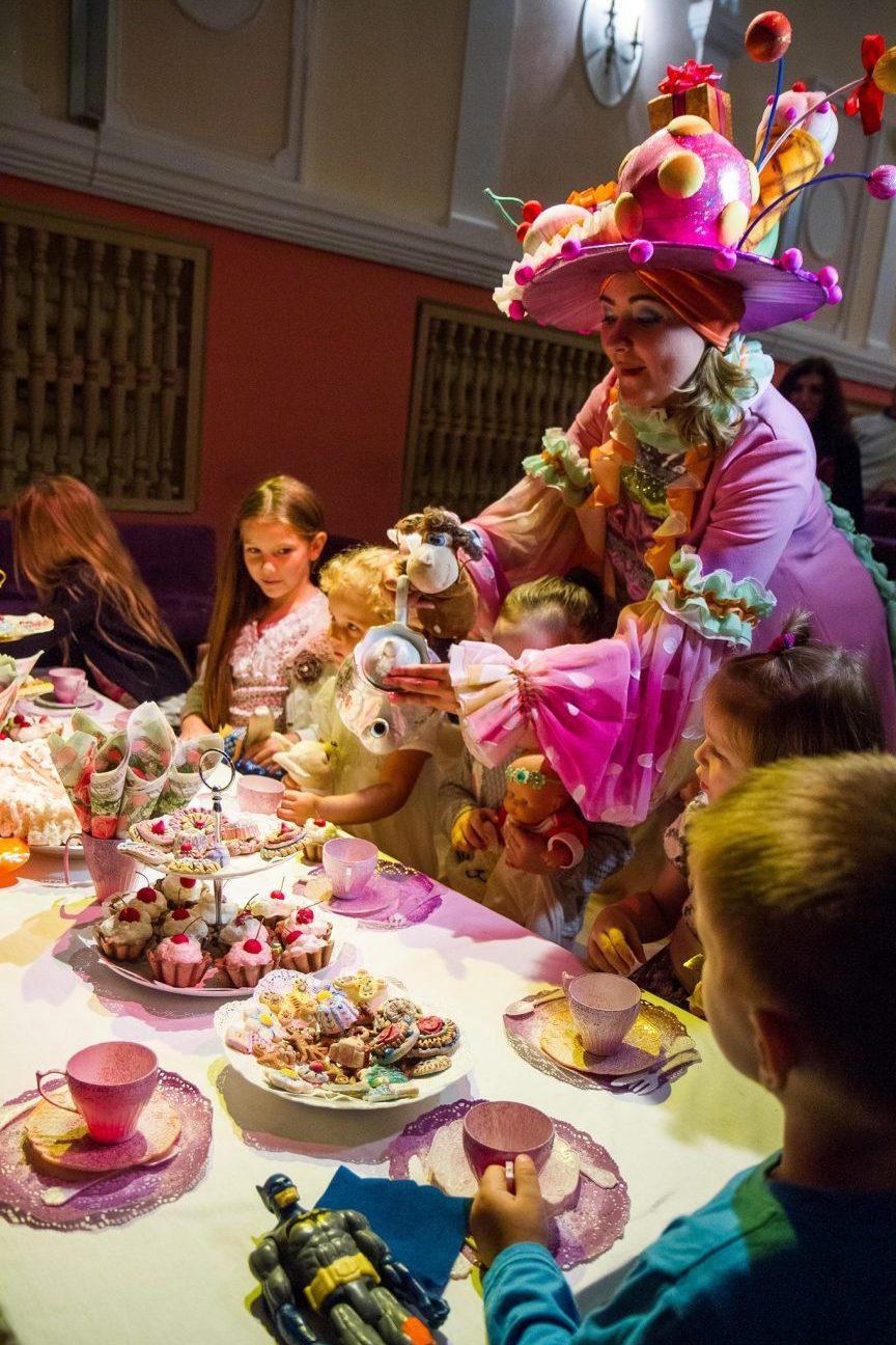 Фея Тесса поила гостей чаем и угощала волшебными конфетами