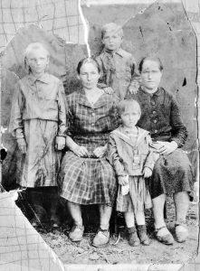 Слева направо: Маруся (моя мама), бабушка Ганна, Валя, родственница (не знаю имени), в верхнем ряду - Володя