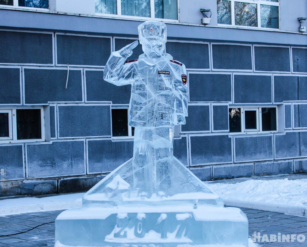 Ледяного полицейского установили у здания краевого УМВД в Хабаровске