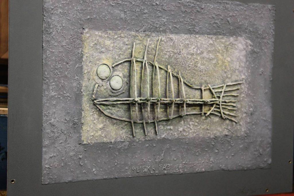 А это картина на грани прикладного искусства - от хабаровского художника, нашего современника Андрея Тена «Рыбка раз». Всего он сотворил три таких.