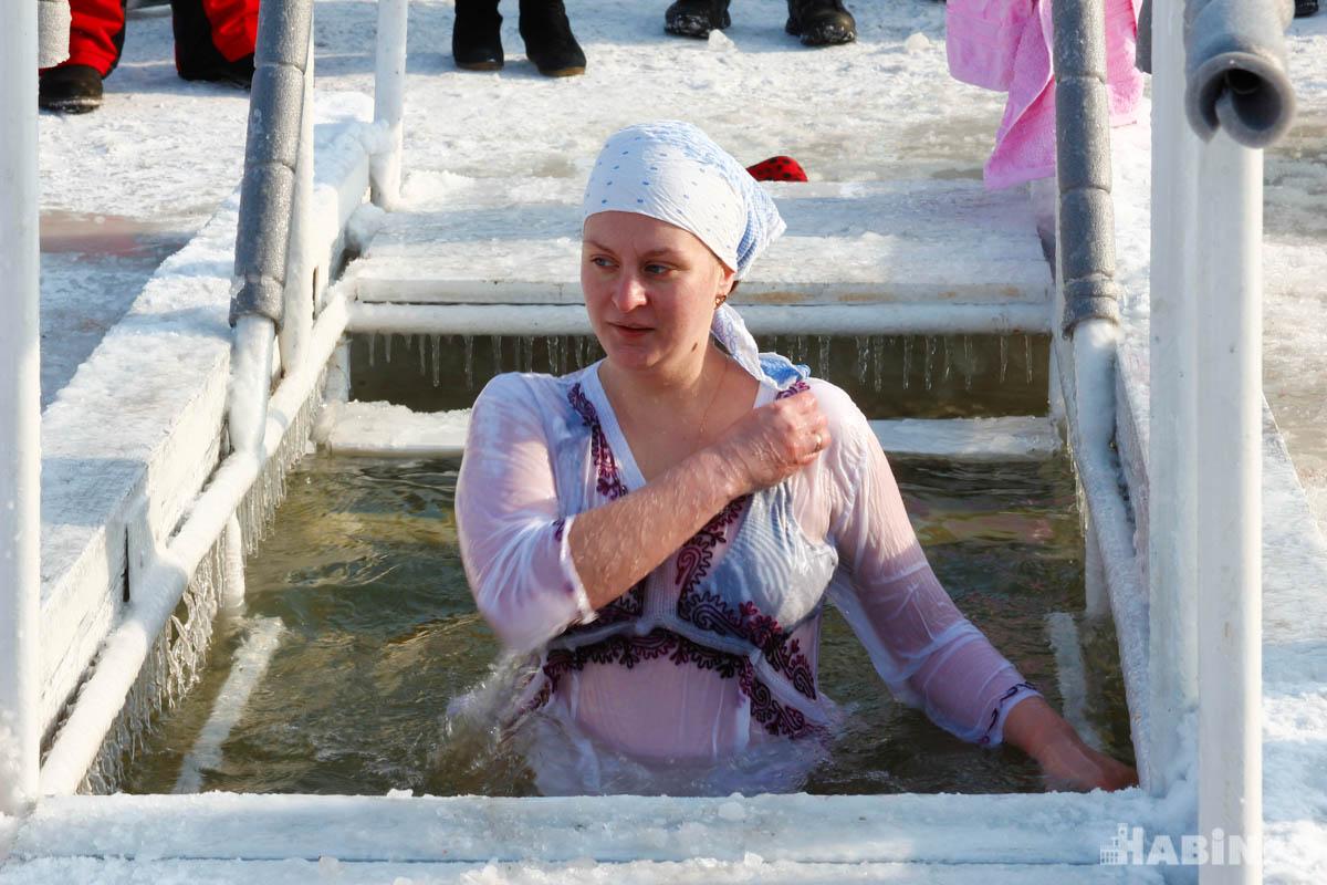 Купанием в прорубях отметили Крещение тысячи хабаровчан (ФОТОРЕПОРТАЖ;ВИДЕО)