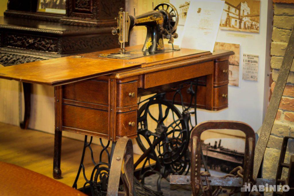 """Швейная машинка """"Зингер"""", плуг, диван и вешалка: что несут хабаровчане в Музей истории"""