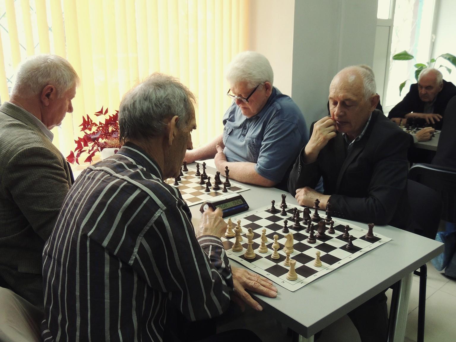 Ветераны быстрых шахмат встретились на турнире