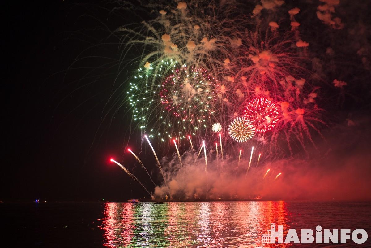 Несколько тысяч хабаровчан посмотрели праздничный фейерверк с городской набережной