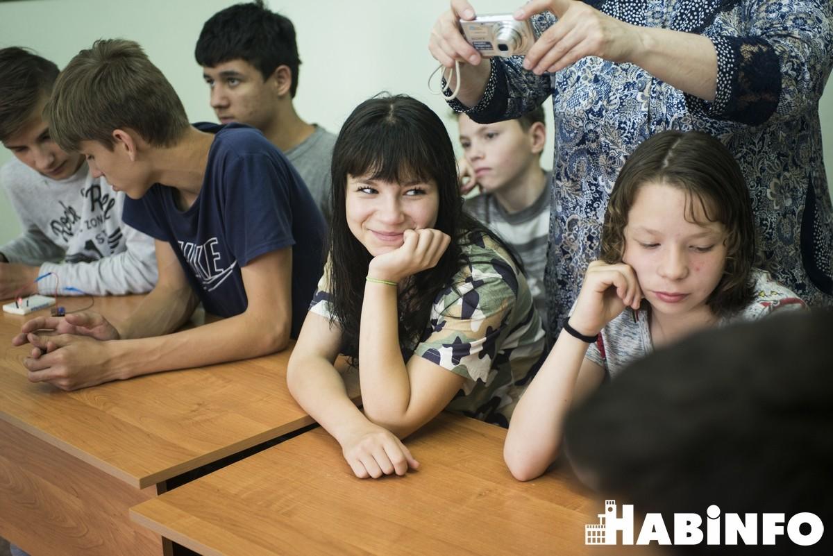 С добром к людям: занятие по электронике в хабаровском детском доме № 1