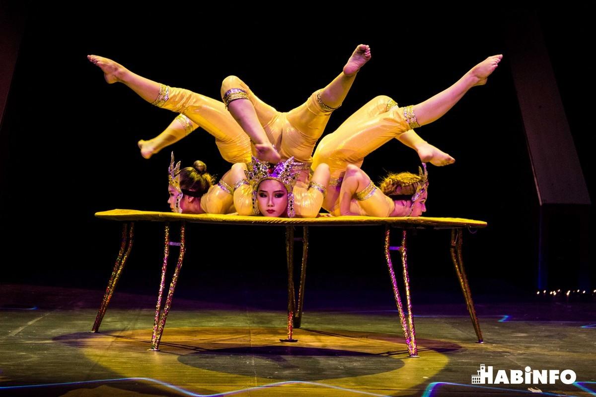 Бурятские артисты «завязываются» в узлы и «летают» под куполом Хабаровского цирка